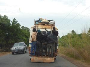 Bussen er en oplevelse. Tag den, hvis du har god tid, ellers er det nemmest og hurtigst med 7personers biler. Begge dele kører når der er fyldt op